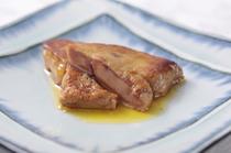 バターでこんがり焼き上げて特製ソースで味わう『フォアグラ』