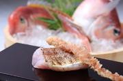 甘鯛は岡山県玉島産、かりっと焼いて油で揚げた鱗を添えました。1匹まるごと美味しさを楽しみます。