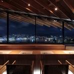 カウンターからは眼下に長崎の煌めく夜景が楽しめます。鮨店としてはあまり見られない好ロケーションは、お客様をおもてなしするには絶好のスポットです。もてなす人のセンスの良さを感じさせます。