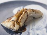 対馬産穴子は高級食材として有名。脂がのって肉厚な美味しさをたっぷり引き出すように蒸し上げた逸品です。