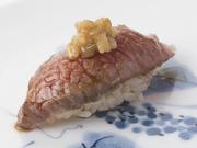 松坂牛や神戸牛の元牛となる壱岐牛は、柔らかい肉質で甘い脂を持つ極上の食材。握りでその旨味を堪能ください。
