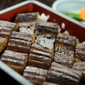 生け簀に活魚が泳ぐ。新鮮な魚介類がたっぷり味わえる店