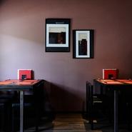 シックで落ち着いた店内にはジャズが流れ、オシャレな大人の空間です。おいしい料理や珍しいお酒が多数用意されていて接待にも喜ばれるお店。のんびり過ごせるテーブル席ならゆったりと語り合えます。