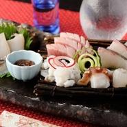 いろいろな旬の魚を一皿に盛合せて。なるべく天然のものを使用している『お造り 盛合せ』。美しく彩られた新鮮なネタを存分に楽しむことができます。日によって替わる内容も楽しみの一つです。日本酒と一緒に。
