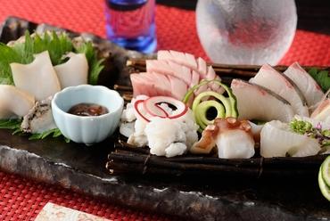 明石港で獲れる新鮮な旬の魚を中心にその日仕入れたオススメを数点盛合せて提供『お造り 盛合せ』