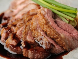 香ばしいこがし味噌が隠し味。『フランス産合鴨のロースト こがし味噌とバルサミコの合わせソース』