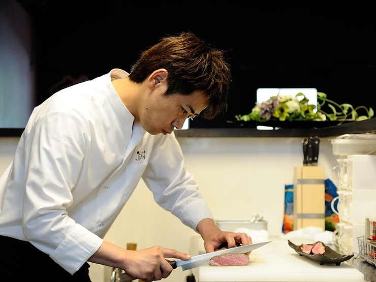 食卓を彩る一皿。目でも楽しめる料理を提供するよう心掛けた仕事