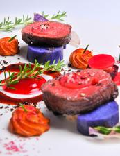 自然の恵み「ジビエ」を味わう『三重県産鹿肉のロティ ビーツのピュレソース』
