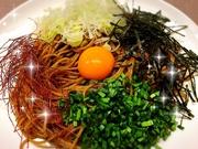 名古屋で大人気の台湾混ぜそばをBibeLudeが作るとパスタになります。ピリ辛ミンチをニンニクと炒めてオイルソースにします。刻んだネギニラ、さらに卵黄を混ぜ混ぜしてズルズルいくと、みんなむせます