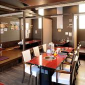 接待からファミリーのお食事まで幅広く対応できる明るい店内