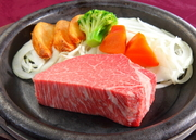 ヒレは赤身で最も柔らかい肉質できめが細かいのが特徴。大きな牛でも僅かしか取れない貴重な最高級肉です。シャトーブリアンは、ヒレの中で中央部の最も太い部分で最も柔らかい部位。是非一度ご賞味くださいませ