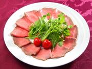 佐賀県の澄み切った空気と美味しい水で育った「佐賀牛」を贅沢に使用した『ローストビーフ』。ジューシーで 素材の旨みや甘みを引き出した美味しい一皿です。