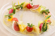 自家製鴨生ハムのお洒落な前菜『フレッシュフルーツ、鴨生ハム、季節野菜のメリメロサラダ』