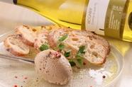 ワインに合う人気のサイドメニュー『道産地鶏白レバーのパテ ポルト酒風味』