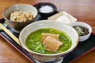 アーサを練りこんだ麺が上品な出汁とマッチする一番人気の『アーサそばセット』
