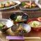 美しい盛り付けをさらに引き立てる沖縄らしい食器の数々
