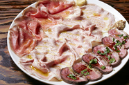沖縄県産の牛、豚、鴨を一皿で味わい尽くす『自家製 県産ハム三種盛合せ』