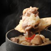 野菜の歯応えとふっくらしたご飯のハーモニーを堪能できる『鶏五目釜めし』