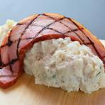 見た目のインパクトに圧倒されるお店オリジナルの人気メニュー『肉屋のポテトサラダ』