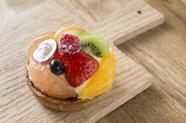 沖縄の旬を贅沢に味わう。『季節のいろいろフルーツのタルト』