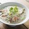 米麺とグリンカレーが絡むオリジナルメニュー『カレーフォー』