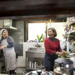 沖縄の台所同様に、店主の喜納さん母娘が厨房で腕を振るいます