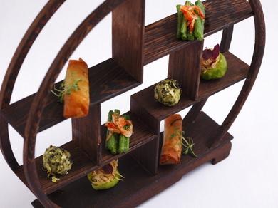 テーマは「豆」。観覧車のような飾り棚に盛られた『前菜の盛り合わせ』