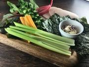 好きな野菜を海苔で巻いていただきます。凝縮された野菜の旨み、みずみずしさはまた格別。素材本来の美味しさを楽しんで。