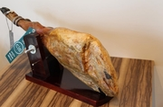 イベリコ豚の熟成された濃厚な旨みは格別。原木からカットしたばかりの生ハムをワインと共に。