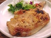 パリッとジューシー。鶏モモ肉の美味しさにブラックペッパーのピリッとした辛味が良いアクセント。