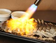 脂のノリがよい鯖を厳選し、お店で〆鯖に。鯖本来の旨みを残しつつ程よい酸味が絶妙です。炙ることで香ばしさが加わり、鯖の旨みがさらに引き立ちます。