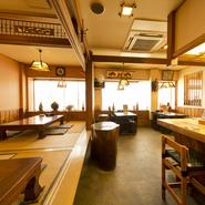 千葉県内房の富津でとれる、新鮮な地魚料理が自慢の居酒屋です。漁師さんから直接買いつけているから、鮮度は抜群。生きたまま運ばれてきた地魚が、店内の水槽で泳いでいます。貝の活け造りや、活魚料理は格別な味。