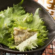 鯵をたたいたものに白味噌を入れ、大葉でつつんっで、鉄板でバター焼きにしたもの。地元では「魚のハンバーグ」とも呼ばれる、千葉のソウルフード。房州名物のおふくろの味。健康志向の方に、おすすめの一品です。