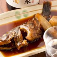 千葉の内房・富津でとれる、旬の地魚「カサゴ」。しょうゆ、みりん、砂糖で甘辛く煮つけました。