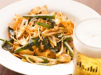 ピリ辛味が、ビールによく合う『ねぎサラダ』は、女性に人気