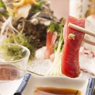 カサゴ、イシダイ、真鯛、カワハギなどの珍しい魚を、内房・富津の漁師さんから直接買いつけ。生きたまま運ばれてきた魚が、店内の水槽で泳いでいて、鮮度は抜群。夏は生きたアナゴやサザエ、アワビも食べられます。