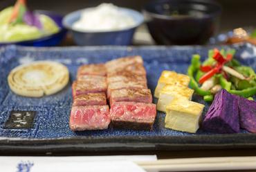 島唐辛子を使ったピリ辛ソースで、県産和牛の肉の甘みをひきたてる『特上黒毛和牛サーロインステーキ』