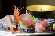 築地市場や福岡市場・札幌市場から直送された天然の魚貝を使った『刺し身』は、素材の良さがよく分かる一品です。