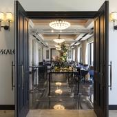 開かれた扉を抜けて、上質な空間へといざなうレストラン