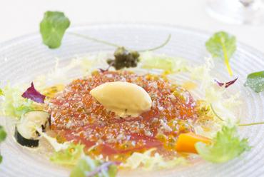 ヘルシーなサラダ仕立てで登場する旬菜を使った『前菜』