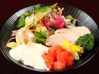ていねいにつくった料理は一味違う。彩り鮮やかな『サラダそば』