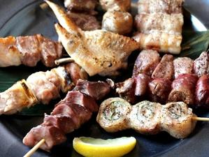 「富士の鶏&ヨーグル豚を大満喫、部位も味わいもさまざまな『10本盛合せ』