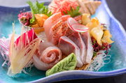 毎朝、長崎の地物を中心に届く新鮮な魚介の中から食べ頃を選び、見た目も華やかに盛り付けています。目で見て食べて楽しめる一品です。