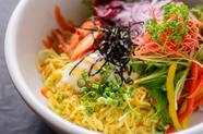 色鮮やかな野菜にラーメンと温玉をミックスしたまろやかな味わいの『温玉ラーメンサラダ』