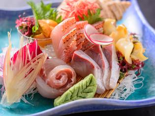 毎朝届く新鮮な魚介を彩り豊かに盛り付けた『おまかせ3点盛り』