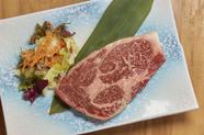 肉屋と直接交渉で素材を吟味、上質なサシが入った『国産リブロース』