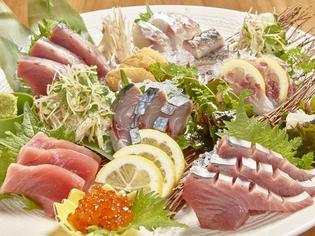 全国各地の漁港から直送されてくる新鮮な旬の魚介類