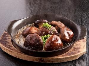 鉄板で焼いた肉厚でジューシーな椎茸、深い味わいの『奥出雲しいたけのバター醤油焼き』