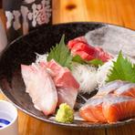新鮮でプリプリ食感が味わえる旬のものが揃った『刺身の三種盛り』。ネタはいくつかの魚介の中から好みのものを選べます。料理長がこだわり抜いて厳選したマグロやたこが人気。お酒によく合う一品です。