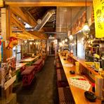 料理に合わせていろいろなお酒を楽しめるのは居酒屋ならではの醍醐味です。日本酒をはじめ、ビール、ワイン、カクテル、サワー、ソフトドリンクまでその数100種類以上。何を飲もうか迷う時間も楽しみのひとつです。
